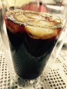 UCCおいしいカフェインレスコーヒー 水出しコーヒーをグラスに注いだ