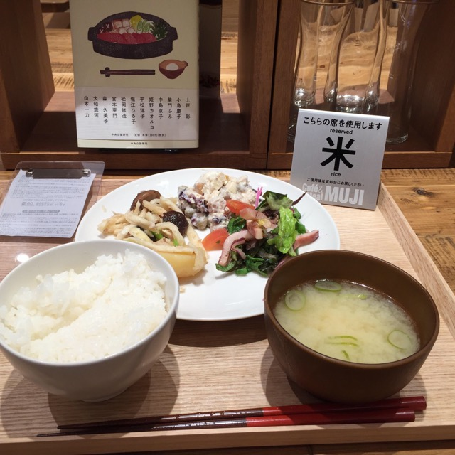 Cafe & Meal MUJI錦糸町パルコの大テーブル席でデリ3品とご飯と味噌汁