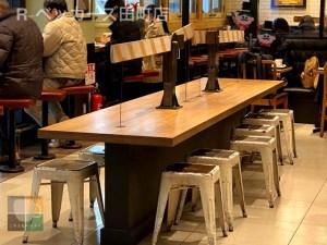 R-ベッカーズ田町店の大テーブル席。シャビー感を出した塗装