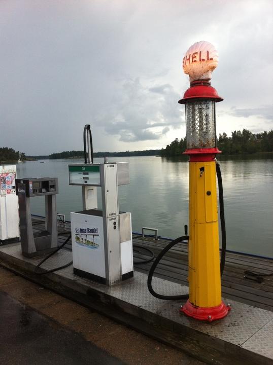 58 Grad Nord - Ohne eigenem Boot in die schwedischen Schären - Alte Zapfsäule