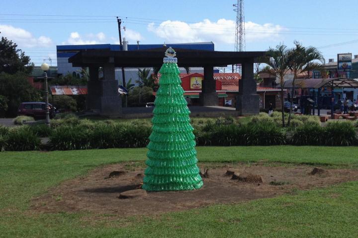 Ein Weihnachtsbaum aus PET-Flaschen... Ideen muss man haben!