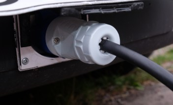 230V-anslutningen gömas bakom registreringskylten.