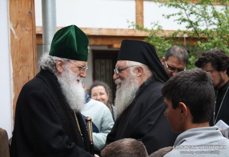 Патриарх Неофит посети дома за сираци на отец Иван в Нови хан