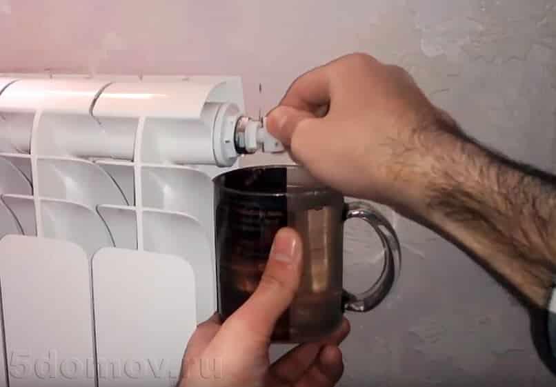 Ожидание, пока вода стечет | Как спустить воздух из радиатора отопления