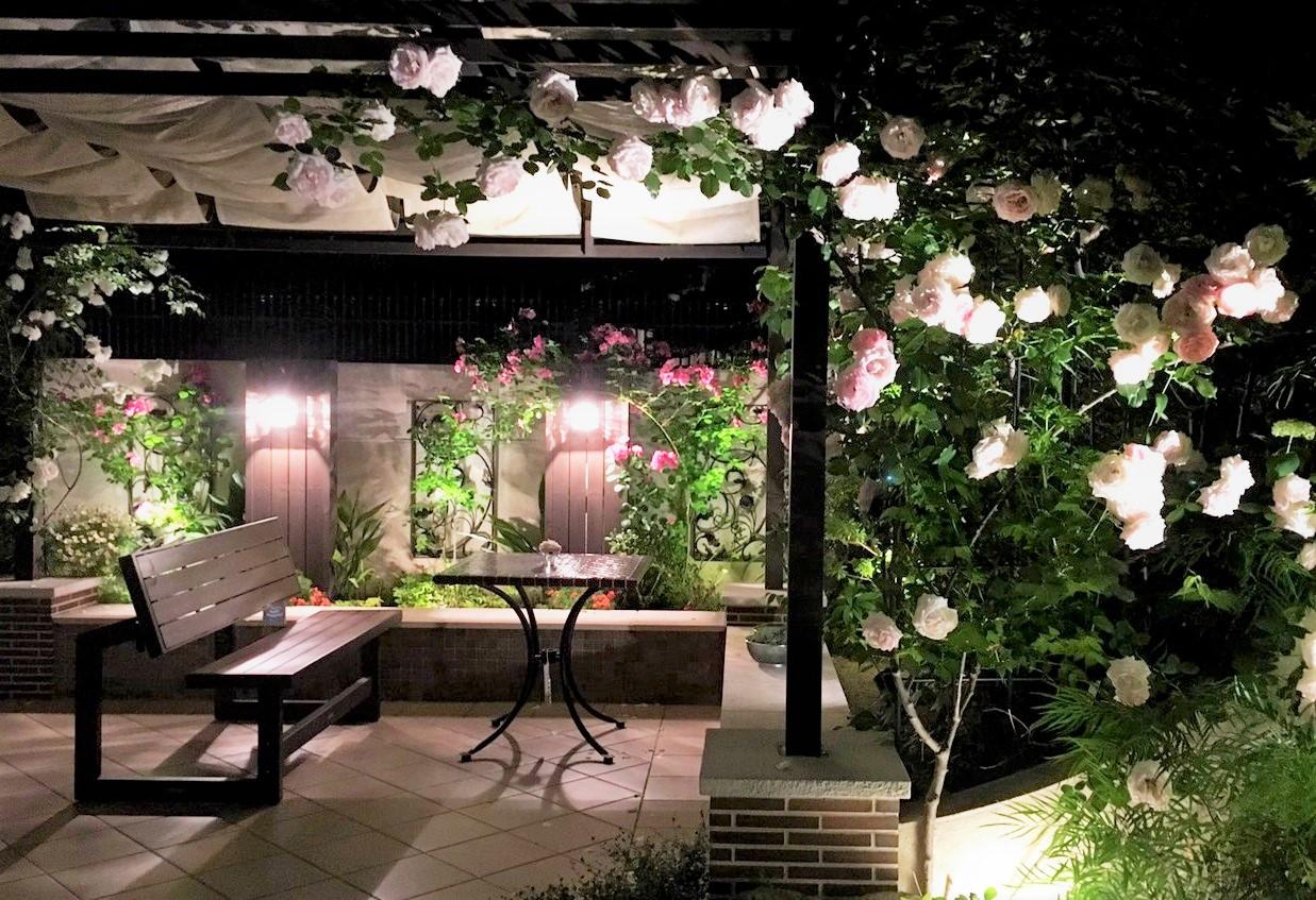 バラが咲くテラスガーデン