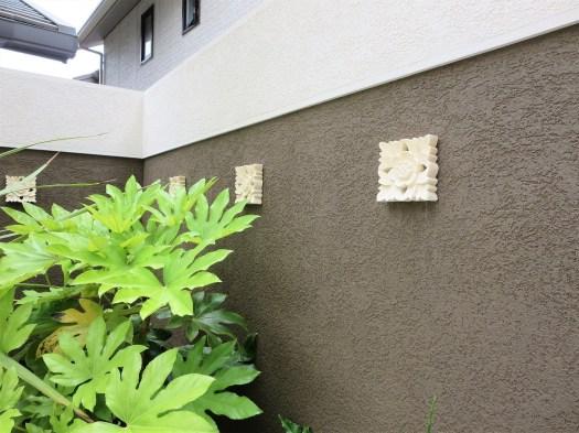 バリのレリーフが施された壁