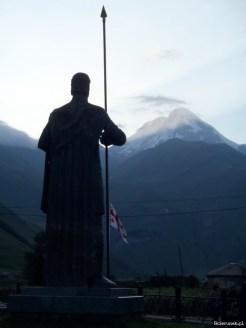 Przy dobrej pogodzie zachodzące za szczytem Kazbeku słońce buduje wokół Wachtanga mistyczną, promienistą poświatę.