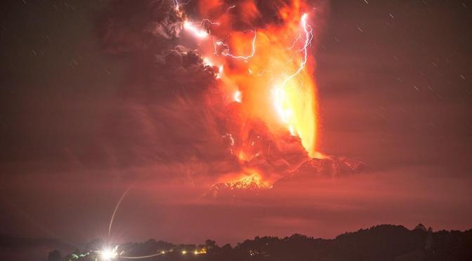 """Impactantes imágenes nocturnas del volcán """"Calbuco"""""""