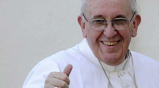 """Para Francisco, es un """"escándalo"""" que las mujeres ganen menos que los hombres"""