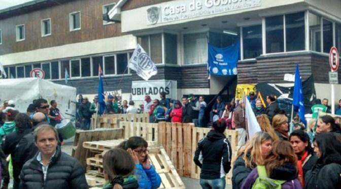 Impiden a la Gobernadora de Tierra del Fuego entrar a su despacho