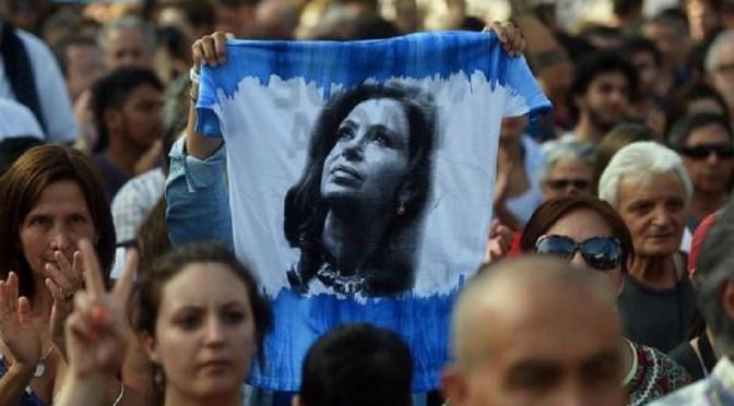 """Cristina: """"Si Macri arregla con los fondos buitre se queda 12 años"""""""