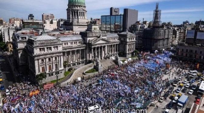 MULTITUDINARIA MARCHA DE DOCENTES CON UNA ADHESIÓN NACIONAL SUPERIOR AL 90%