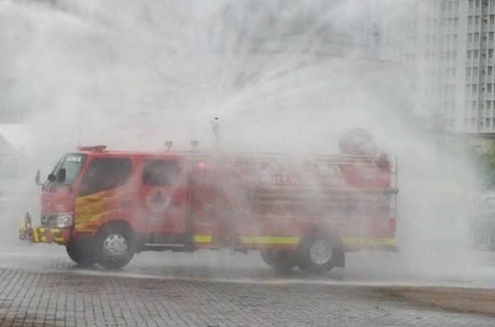 Warung Kaki Lima Disemprot Air Damkar