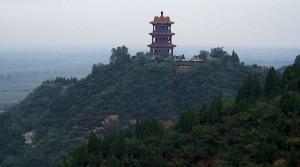 großes, mehrstöckiges Gebäude auf einem Berg