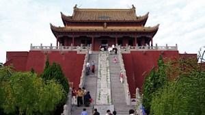lange Treppe, die zu einem typisch chinesischen roten Tempel führt