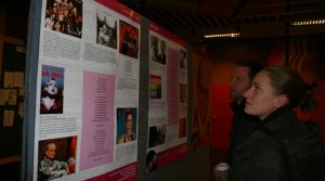 Einige Studierende halten an, um sich die Ausstellung im AB-Foyer anzuschauen (Foto: Stefanie Braun) - 5VIER