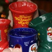Anstoßen Glühwein Weihnachten Tassen Foto: Stefan Herber und Cassandra Arden - 5VIER