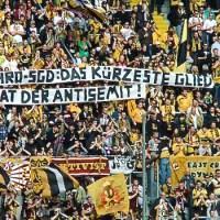 Anti-Rassistisches Spruchband im Block von Dynamo Dresden. Foto: Andreas Gniffke - 5VIER