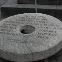 Der  Mahnende Mühlstein  auf dem Hauptmarkt in Trier. Foto: 5vier.de - 5VIER