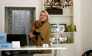 Katherine Weyandt mit ihrem Hund Oscar