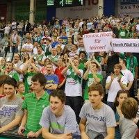 Die Fans feierten ihren Trainer nach Spielende. (Foto: Helmut Thewalt) - 5VIER