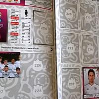 Die deutsche Nationalmannschaft in der aktuellen Panini EM-Ausgabe. (Foto: Stephen Weber) - 5VIER