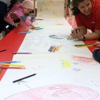 An der Ein-Kilometer-Malbühne können sich Kinder ab dem 9. August in der Trier Galerie kreativ austoben. Foto: Trier Galerie - 5VIER