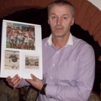 Vito Milosevic feierte beim Skandalspiel gegen Ulm 1994 seine Heimpremiere für Eintracht Trier. Auf dem Bild links unten ist sein Torjubel beim 2:1-Sieg zu sehen, der vor dem Sportgericht annulliert wurde. Foto: Florian Schlecht - 5VIER