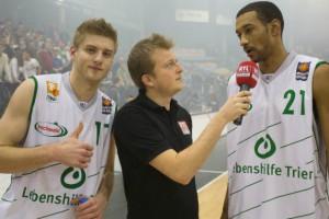 Dankesbotschaft an die Fans: Mathis Mönninghoff und Brian Harper im Postgame-Interview. Foto: Thewalt