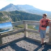 Alexander Heinen vor dem Mount Saint Helens - 5VIER