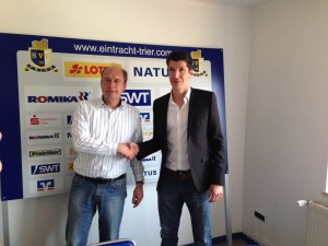 Per Handschlag begrüßt: Jens Schug (re.) ist neuer Geschäftsführer von Eintracht Trier und wurde von Vorstand Roman Gottschalk an seinem ersten Arbeitstag freundlich begrüßt.