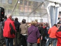 Die Gäste drängen sich ins Festzelt, um die Eröffnungsreden zu hören.
