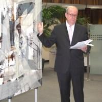 Dr. Ikonomou, ehemaliger Direktor der Griechischen Kulturstiftung und Initiator der Ausstellung, stellt den Gästen der Vernissage eines der ausgestellten Exponate vor. Foto: Sparkasse - 5VIER