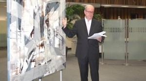 Dr. Ikonomou, ehemaliger Direktor der Griechischen Kulturstiftung und Initiator der Ausstellung, stellt den Gästen der Vernissage eines der ausgestellten Exponate vor. Foto: Sparkasse
