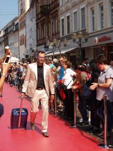 Koffer in Kontrastfarbe zum Anzug - auch für Herren gab es mutige Looks zu sehen, Foto: Nina Altmaier