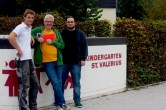 Tobias Heldt überreicht Bernhard Klein, Gewinner des Fotowettbewerbs von Schöner Balkonien und 5vier, den 100€-Gutschein; rechts im Bild: der eigentliche Gewinner David Vilter - 5VIER