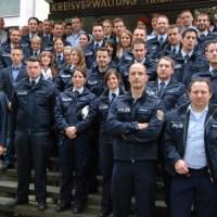Polizeipräsident Lothar Schömann (links) mit den zuversetzten Beamtinnen und Beamten, Foto: Polizei Trier - 5VIER