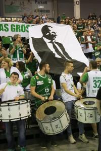 Coach, bitte geh' nicht: Die TBB-Fans hoffen auf weiter auf eine Zukunft mit Henrik Rödl. Foto: Thewalt