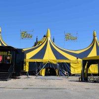 Fast alles steht am Tag vor der Eröffnung da, wo es zur Premiere am heutigen Abend auch wirken soll. (Die Mitarbeiter des Circus Flic Flac arbeiten seit Montag auf Hochtouren). Foto: C. Maisenbacher - 5VIER