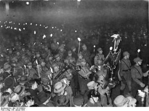 Der Fackelzug zu Ehren des neuen Reichskanzlers Adolf Hitler bewegt sich durch die Wilhelmstraße in Berlin am Abend des 30. Januar 1933. Foto: Bundesarchiv, Bild 102-02985A / CC-BY-SA - 5VIER