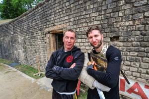 Absolvent Christian Fritsch und Berufsgladiator Jan Krüger, Leiter der Gladiatorenschule Trier, sind glücklich über den ersten Crashkurs. Foto: ttm