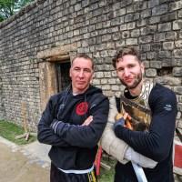 Absolvent Christian Fritsch und Berufsgladiator Jan Krüger, Leiter der Gladiatorenschule Trier, sind glücklich über den ersten Crashkurs. Foto: ttm - 5VIER