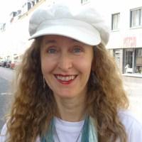 Brigitte Biertz vom Verein Karl Marx Viertel Trier spricht über das anstehende Straßenfest. Foto: C. Maisenbacher - 5VIER