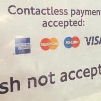 Eine Fahrgastinformation an einer U-Bahn Station in London: Hier muss man vorher kein Ticket kaufen, sondern kann direkt mit der kontaktlosen Kreditkarte beim Einsteigen bezahlen. Foto: Privat  - 5VIER