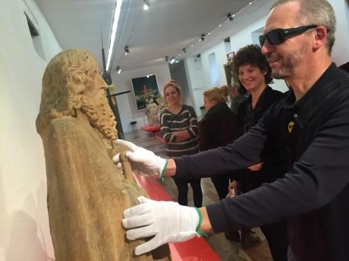 Anfassen erlaubt: Die Angebote für blinde Besucherinnen und Besucher sprechen alle Sinne an. Hier ertastet Karl Kohlhaas die mittelalterlichen Heiligenfiguren der Steipe am Hauptmarkt. © Christopher Ledwig