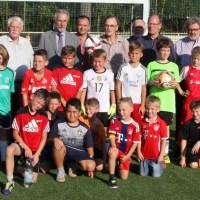 Foto: FVR-Präsident Walter Desch (hinten, 3. von links), Dr. Tino Wagner (Geschäftsführer mps public solutions gmbh, hinten, 2. von links), der Vereinsvorsitzende Uli Moog (hinten, 6. von links), der Linzer Stadtbürgermeister Dr. Hans Georg Faust (hinten, 4. von links), der Ehrenkreisvorsitzende Westerwald-Wied, Günter Hübinger (hinten links), sowie die Vereinsvertreter und Nachwuchsfußballer des VfB Linz freuen sich über das neue Mini-Spielfeld. - 5VIER