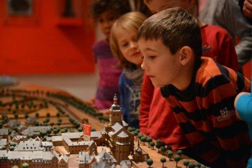 Abbildung: Kinder im Stadtmuseum Simeonstift. © Stadtmuseum Simeonstift