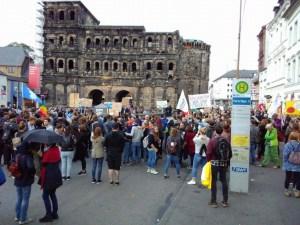 AfD vor Porta und Demonstranten