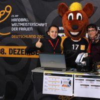 Megane Vallet, Franzi Garcia-Almendaris und Hannibal am Trierer WM-Stand in Metz