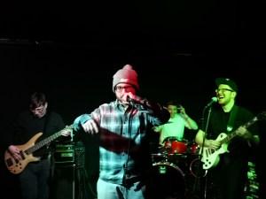 Die Alternative für Deutschrap, Martin am Bass, Peter am Schlagzeug, Andy an der Gitarre und der Rapper Chris (von links)
